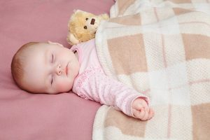 Đắp chăn cho trẻ sơ sinh đúng cách
