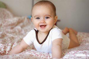 mốc phát triển của trẻ từ 0 - 6 tháng tuổi
