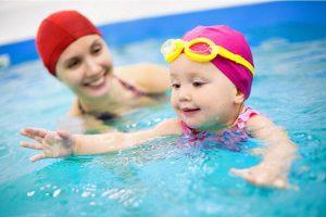 trẻ 6 tháng có thể biết bơi