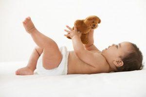 mốc phát triển của trẻ từ 0 đến 1 tuổi