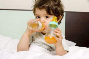 trẻ uống nước ép trái cây
